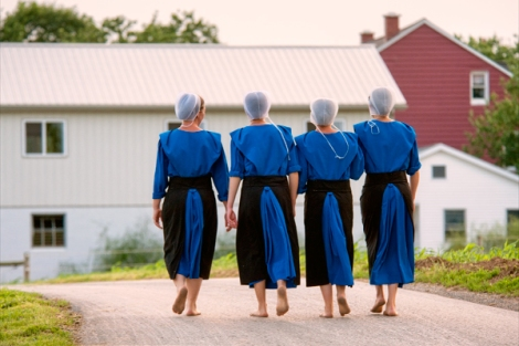 amish-girls-barefoot